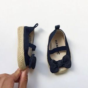 Old Navy chambray bow soft soles EUC size 0-3m (1)